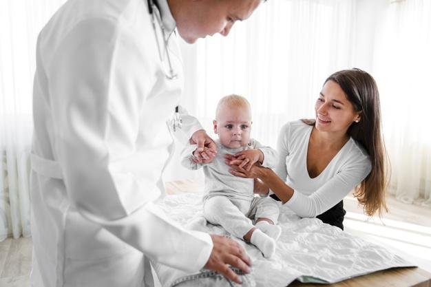 Доктор преглежда бебе с майка си
