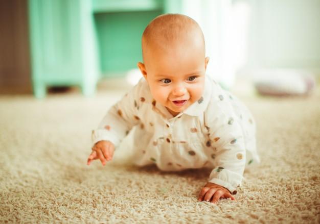 Физическо развитие на бебе до десетия месец